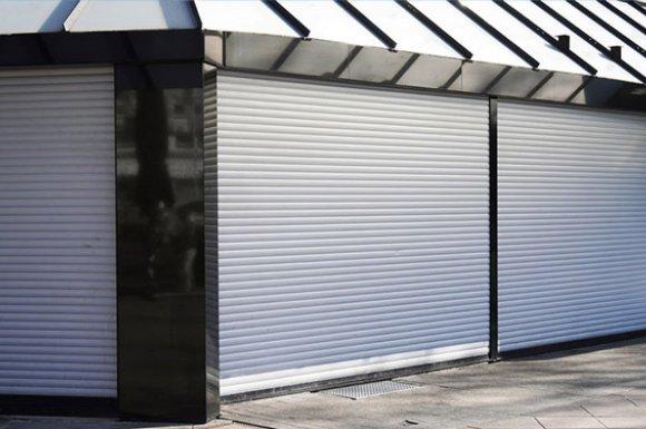 Dépanneur de rideau métallique bloqué d'un magasinà Mauguio